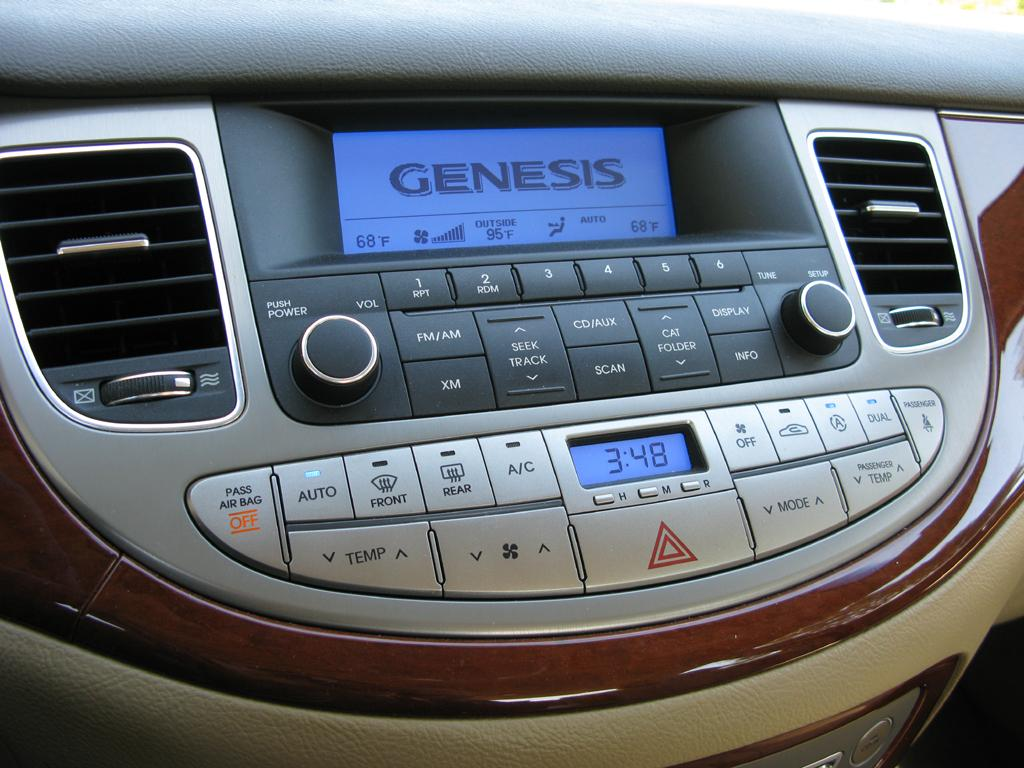 2014_Hyundai_Genesis_11