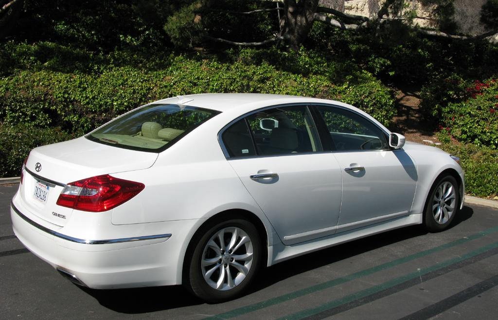 2014_Hyundai_Genesis_25