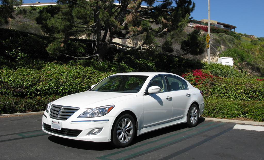 2014_Hyundai_Genesis_3