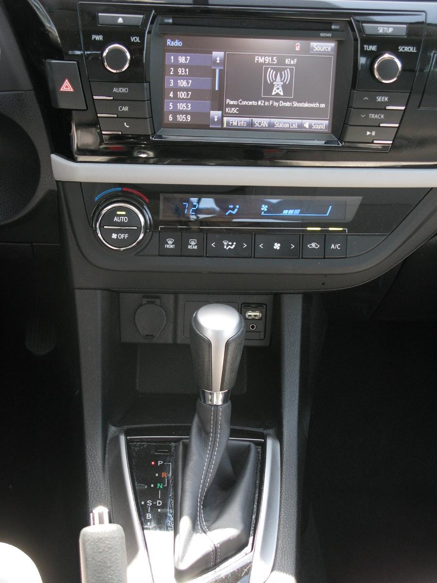 2014_Toyota_Corolla_17