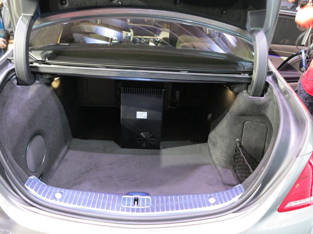 2016_Mercedes-Benz_S600_Maybach_LAShow_13