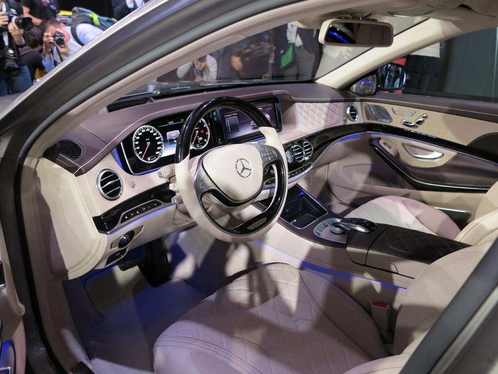2016_Mercedes-Benz_S600_Maybach_LAShow_3