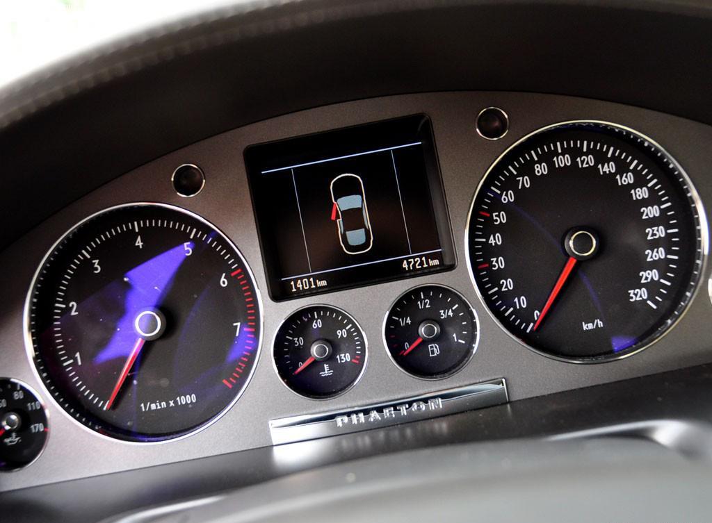 2006_Volkswagen_Phaeton_W12_Cluster
