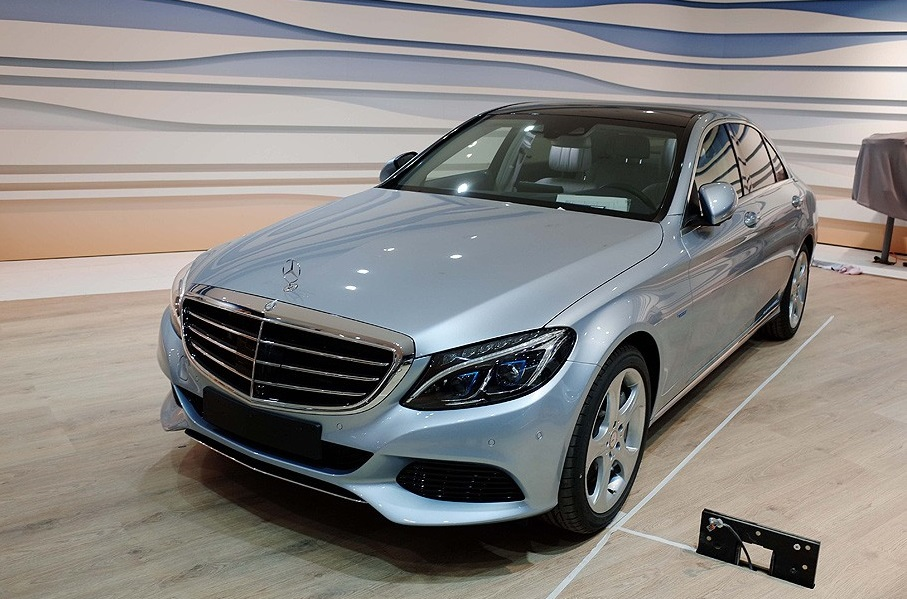 2016_Mercedes-Benz_C350eL_1