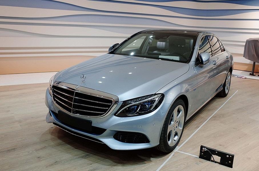 2016_Mercedes-Benz_C350eL_1